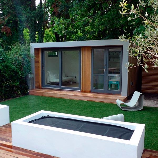 Pasto sintetico y deck que representa pisos para for Deck para exteriores